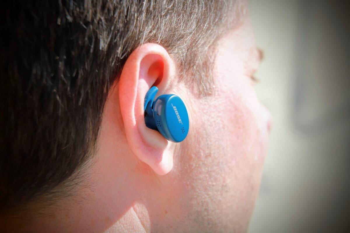 L'écouteur droit Bose Sport Earbuds positionné dans l'oreille