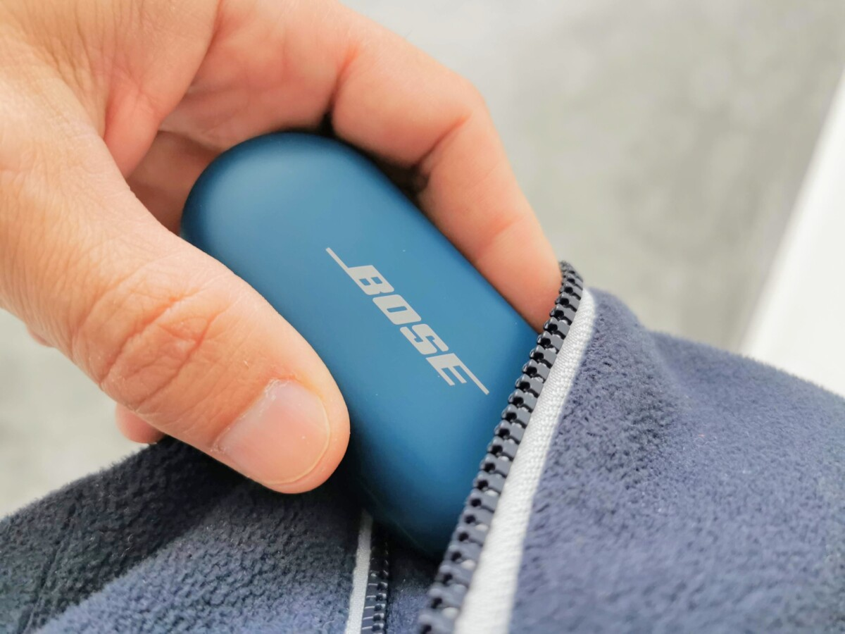Le boîtier des écouteurs Bose Sport Earbuds rangé dans une poche