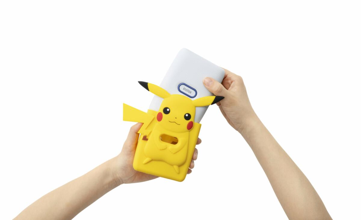 La nouvelle imprimante Instax mini Link arrive en rouge et bleu, dans un kit avec un étui Pikachu