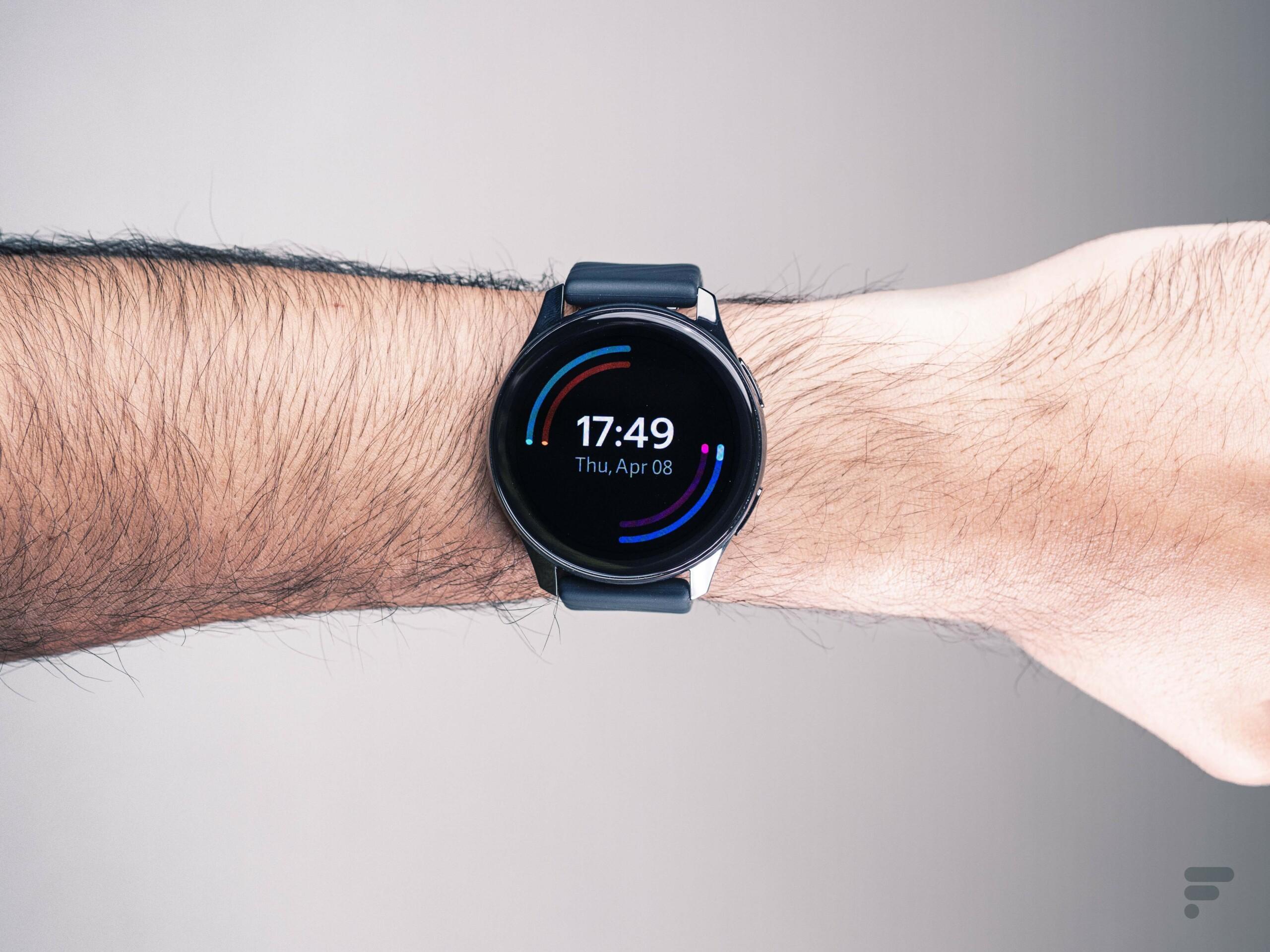 La OnePlus Watch portée au poignet