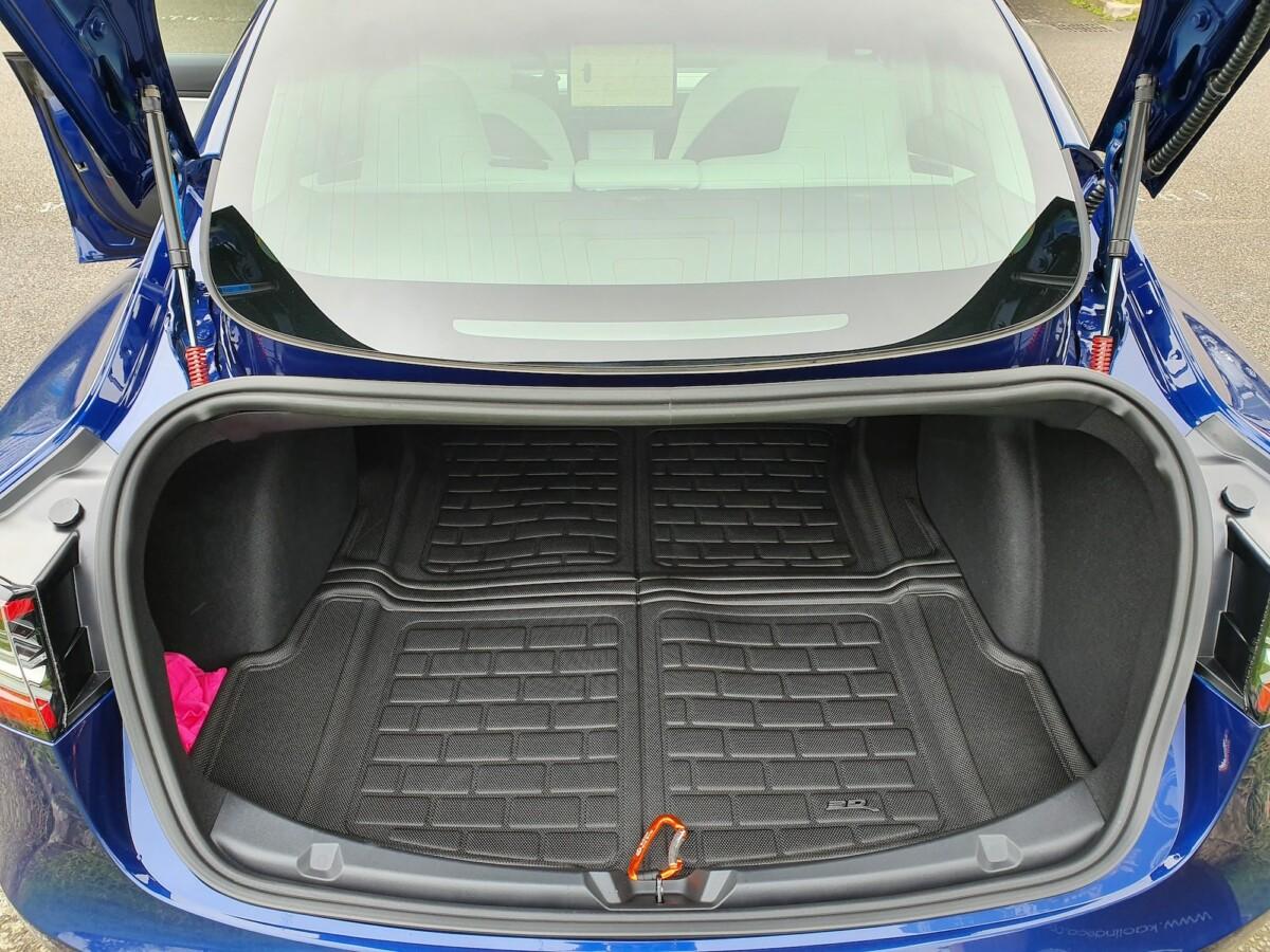 Le coffre arrière de la Tesla Model 3 avec un tapis résistant à l'eau