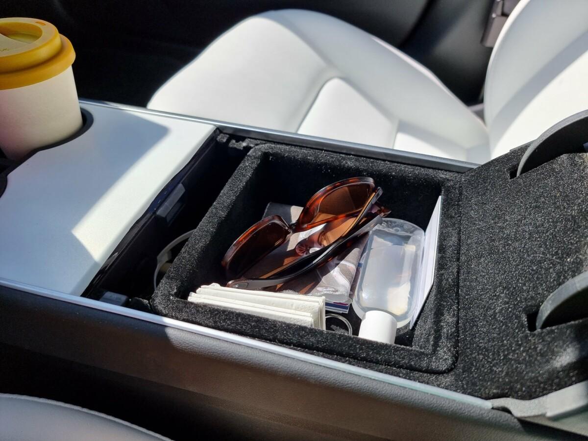 Un petit rangement sous l'accoudoir de la Tesla Model 3