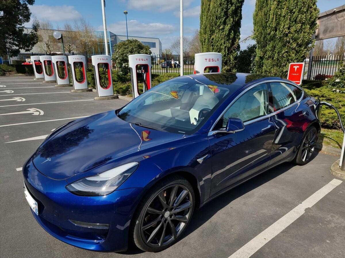 Une Tesla Model 3 en Supercharge