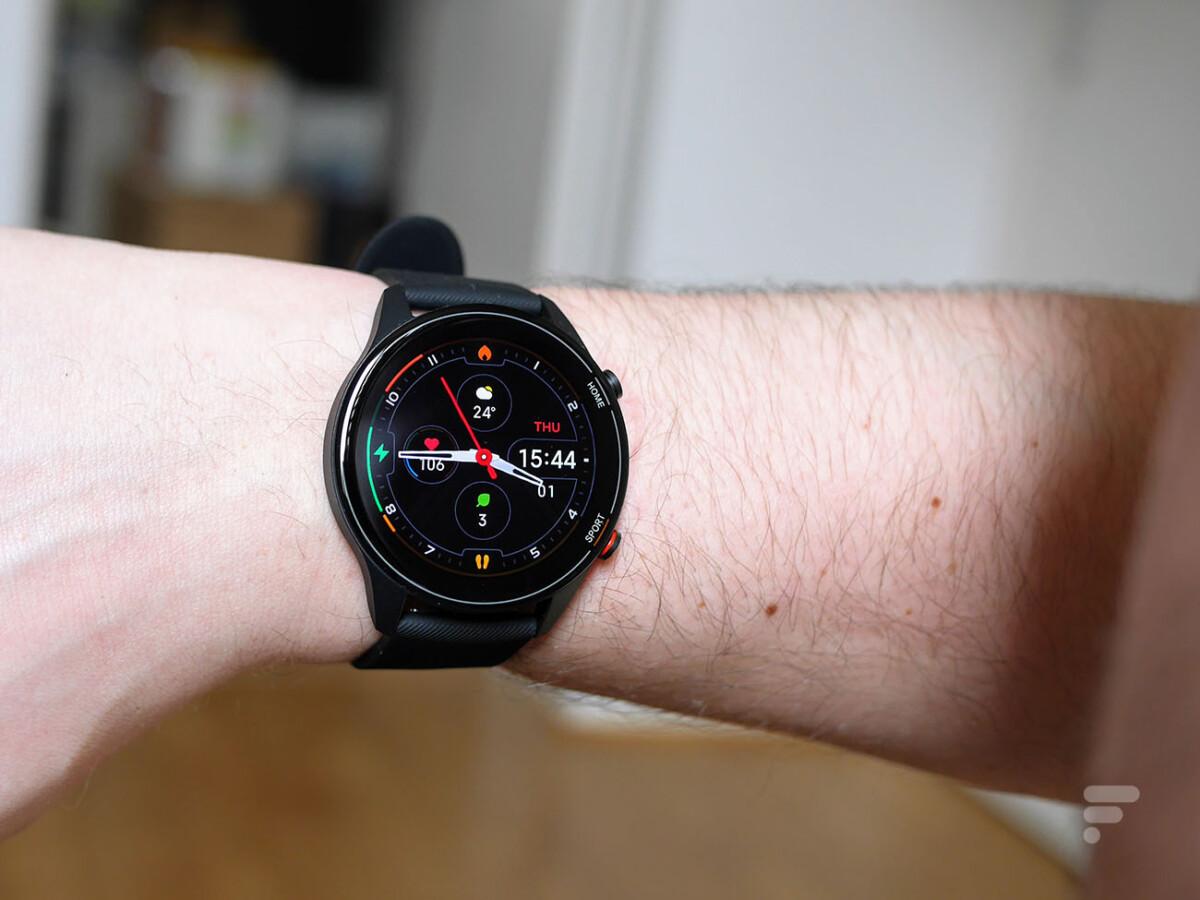 En levant la Xiaomi Mi Watch, l'écran s'allume