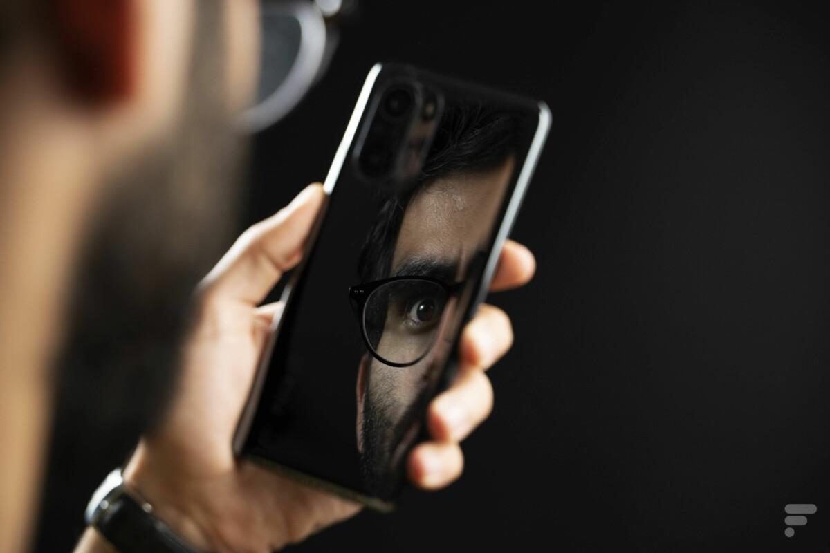 Le Xiaomi Poco F3 a un dos très réfléchissant