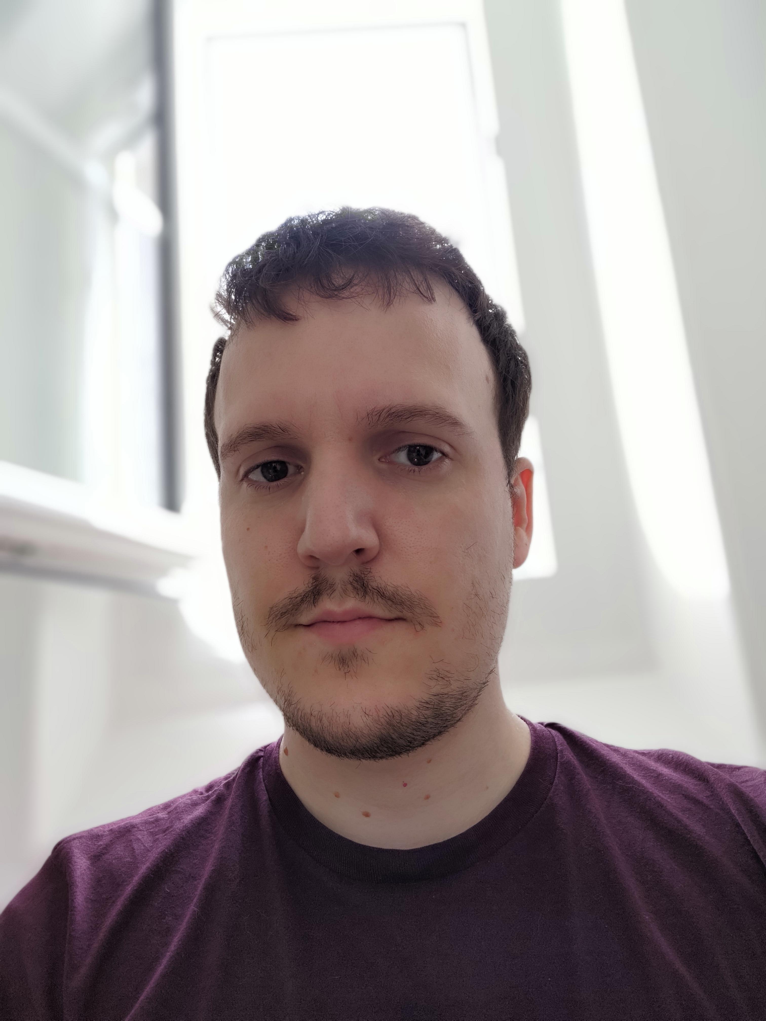 Photo en selfie de l'Asus Zenfone 8 en mode portrait