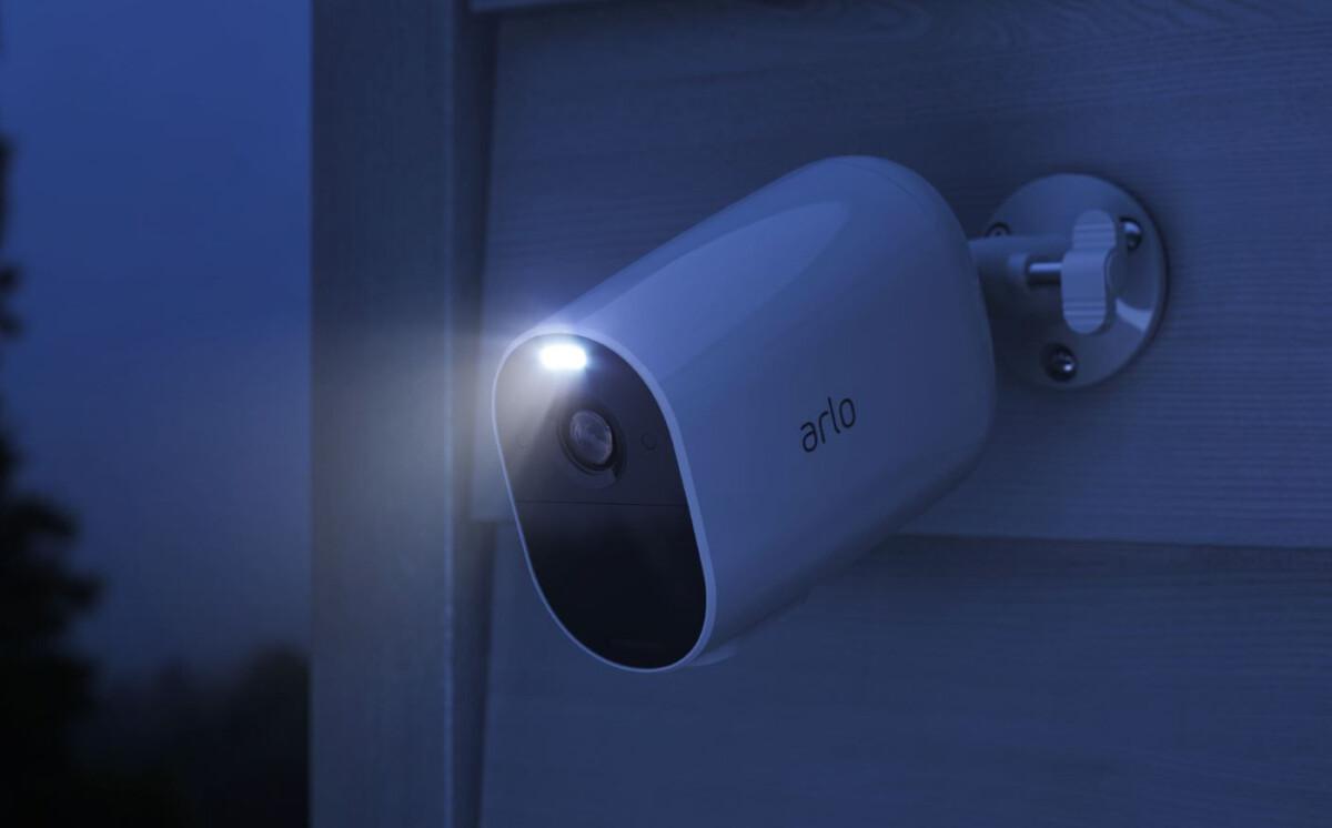 La caméra Arlo Essential Spotlight XL dispose d'un éclairage assez efficace