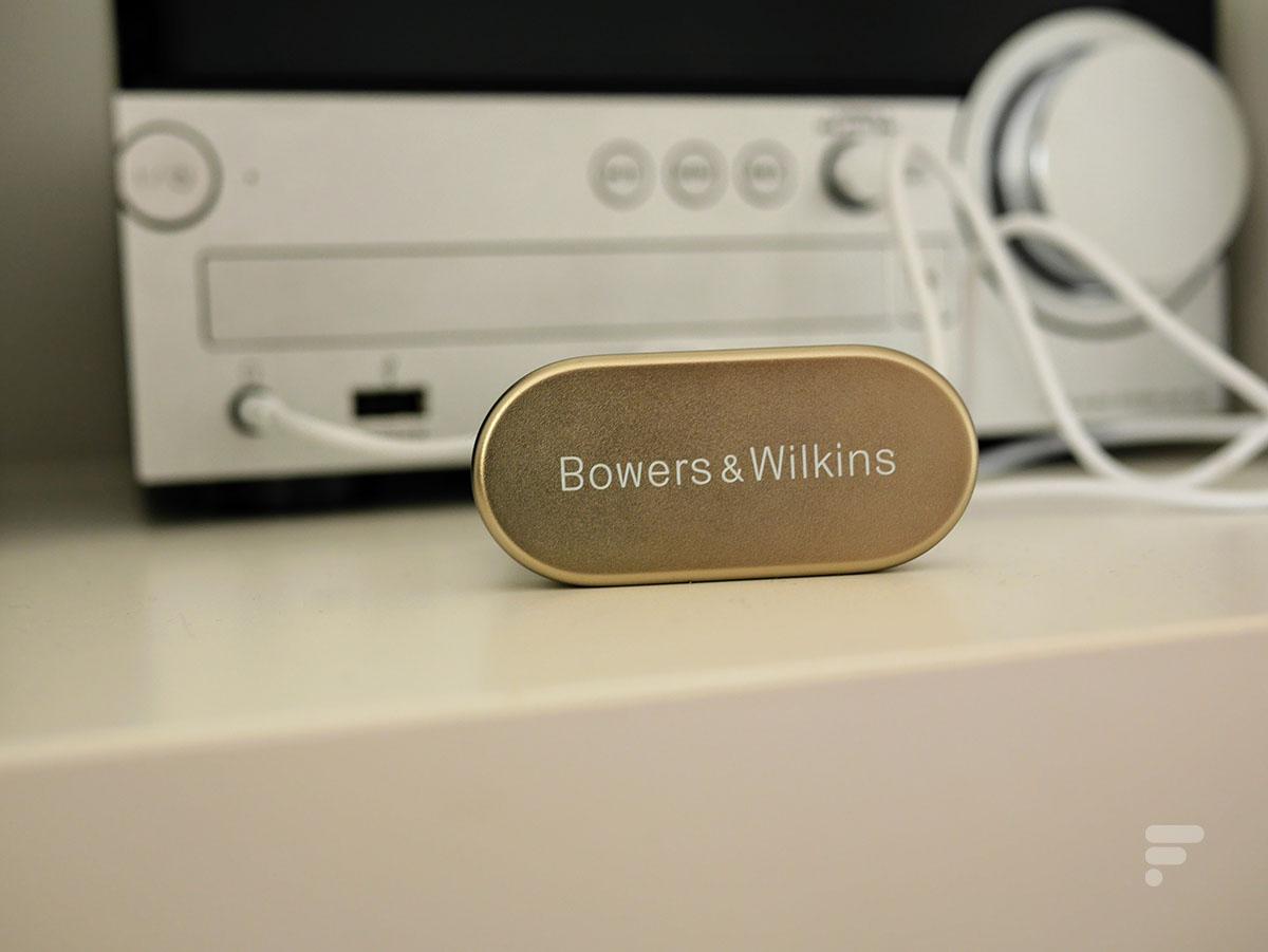 Les Bowers & Wilkins PI7 peuvent se connecter à une chaîne hi-fi, un téléviseur ou à une prise audio dans un avion