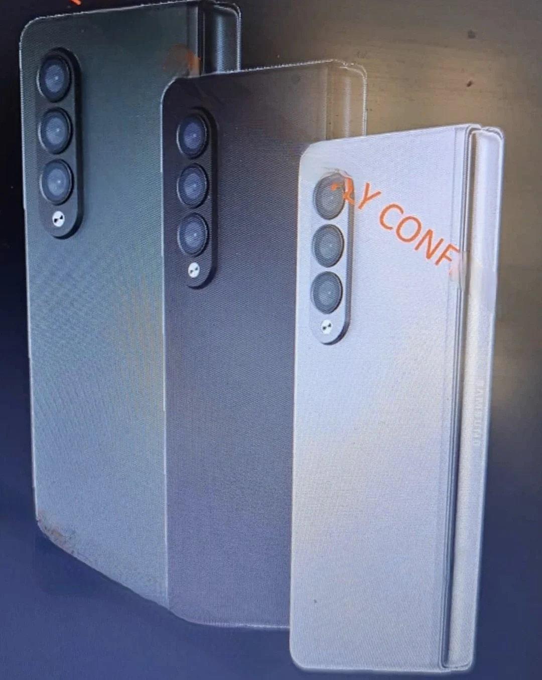 Πρόκειται για μια τριπλή ενότητα φωτογραφιών που ονομάζεται Galaxy Z Fold 3.  τοποθετημένο στο πίσω μέρος του