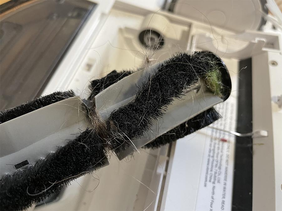 La brosse centrale est très sensible aux fils et cheveux