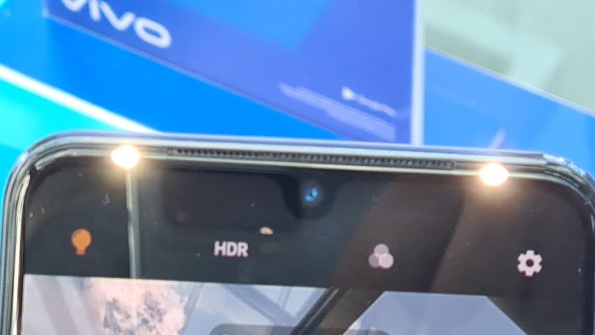 L'innovation du Vivo V21 : ses doubles LED frontales situées juste au-dessus de l'objectif. Elles visent à atténuer les ombres pour un meilleur rendu.