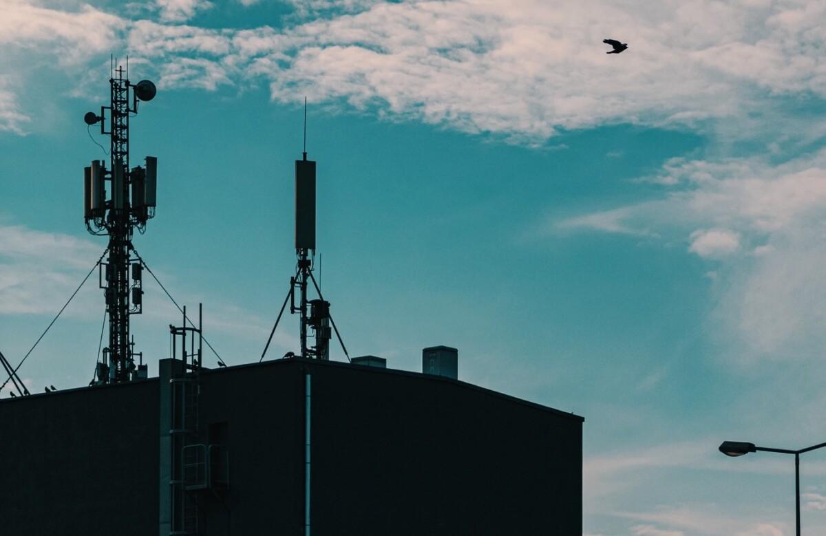 Ici des antennes installées sur le toit d'un immeuble polonais, pour illustration