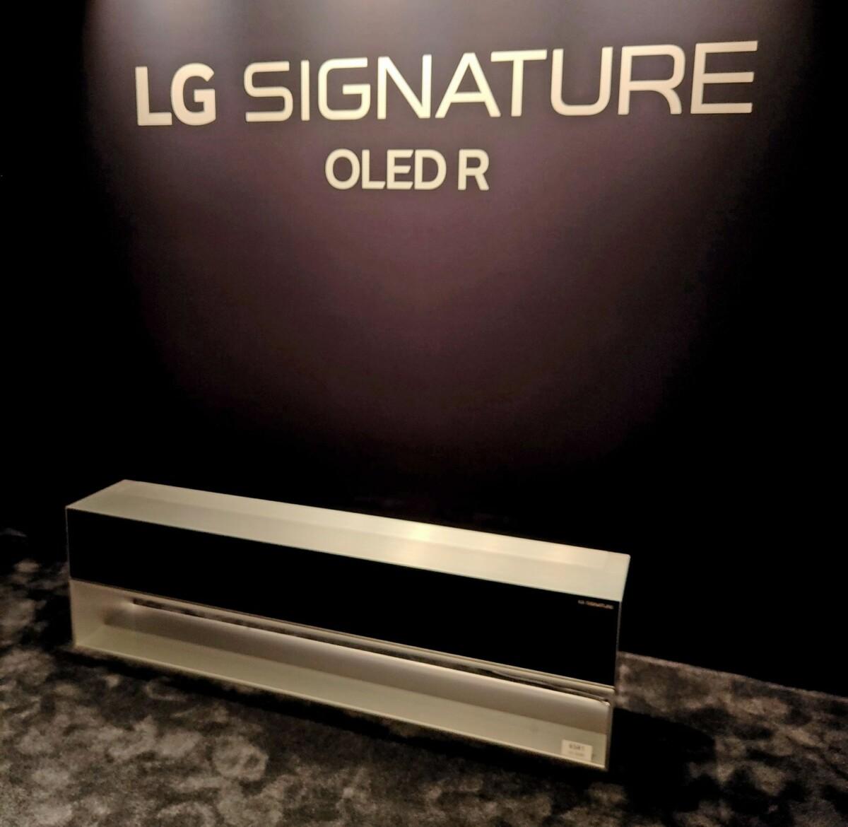 OLED65R1 avec son écran totalement rentré dans le meuble.