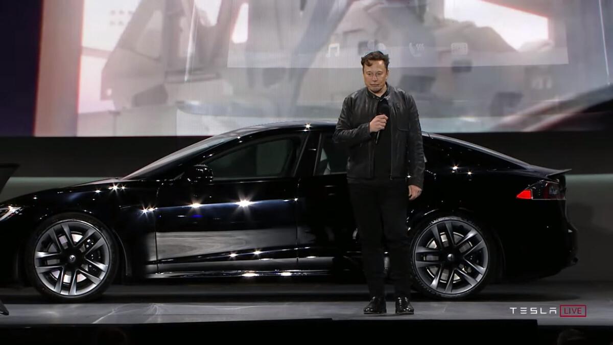 Elon Musk devant une Tesla Model S Plaid