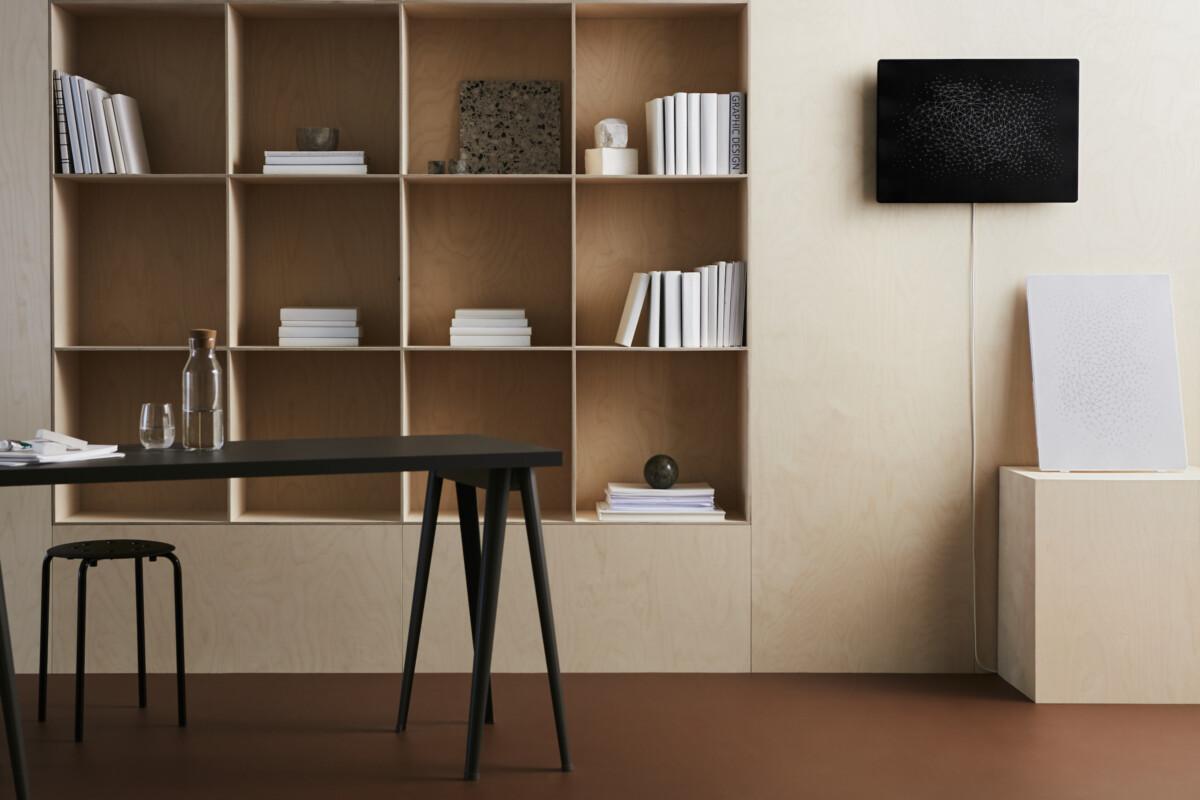 Le cadre avec enceinte Wi-Fi intégrée Symfonisk s'accroche au mur
