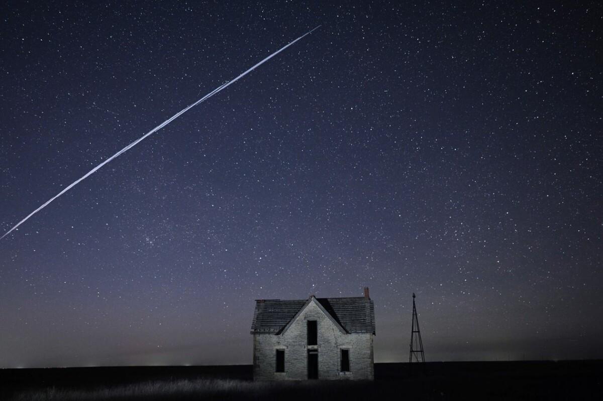 Les satellites créent des trainées visibles depuis la surface de la Terre