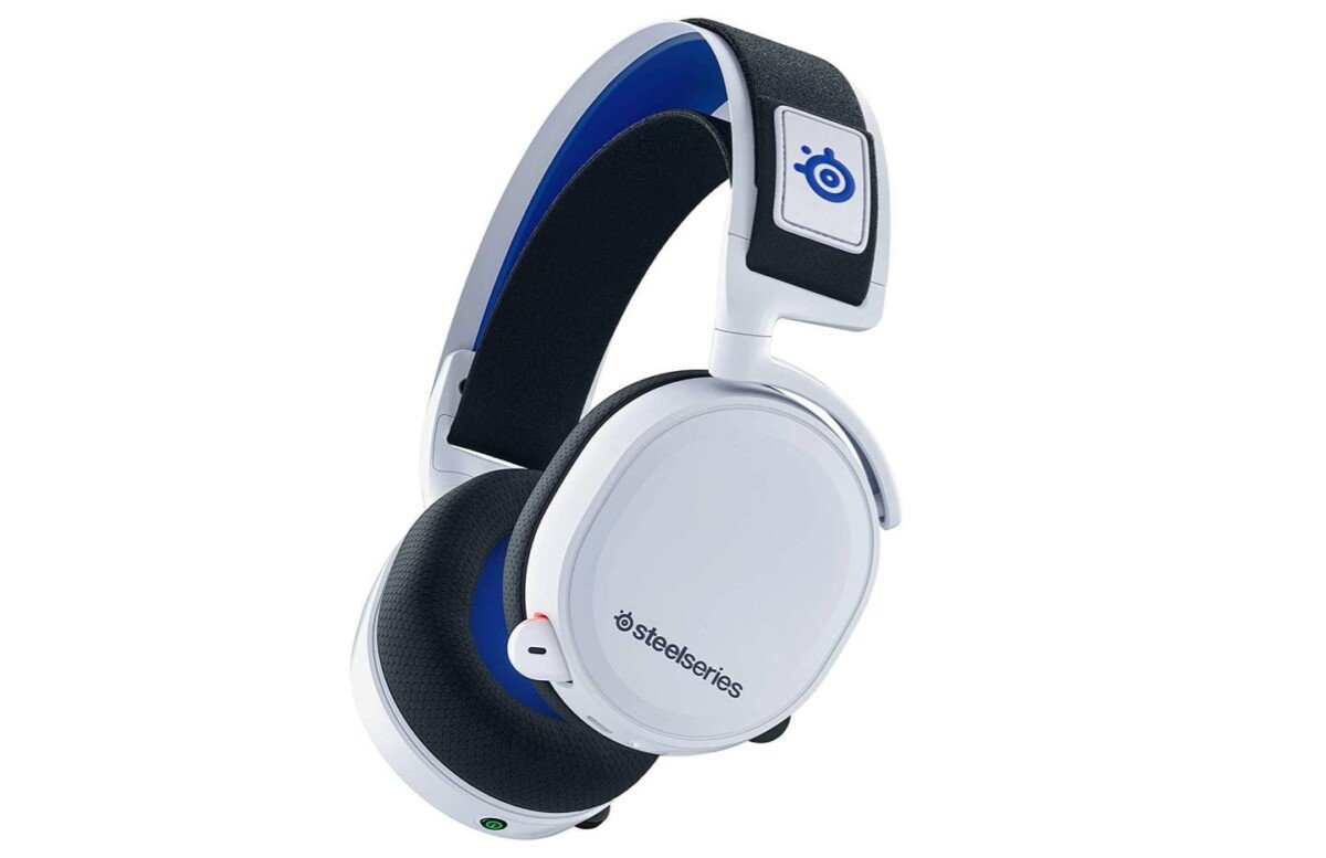 Le casque sans fil SteelSeries Artics 7P aux couleurs blanches, noires et bleues de la PS5