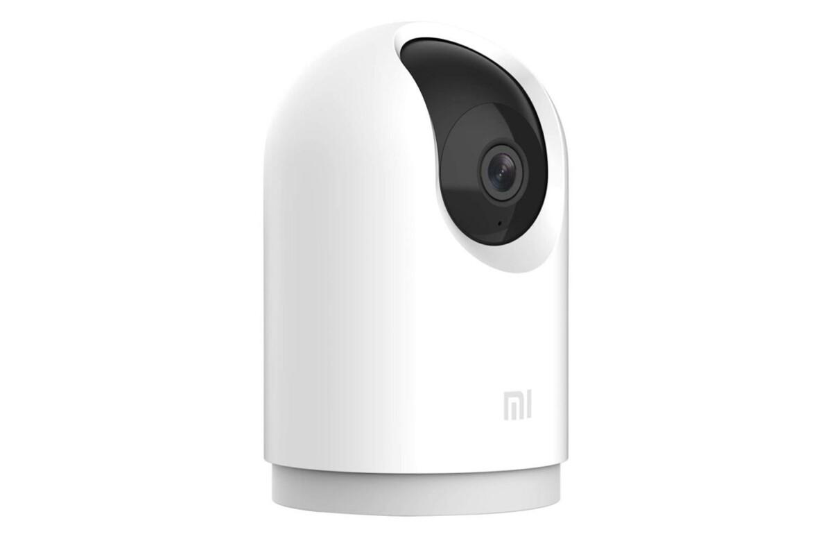 La Mi Home Cam 2K Pro est la nouvelle caméra connectée de Xiaomi, orientée sur la droite sur cette image.