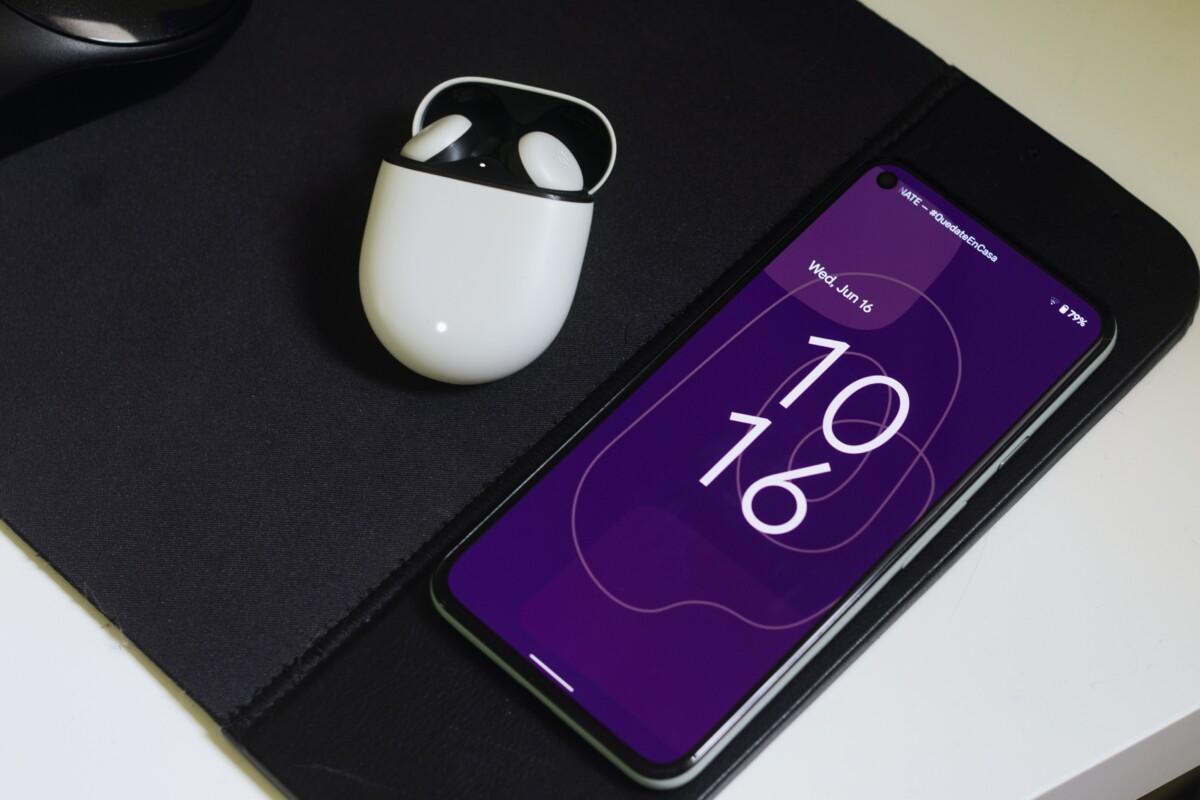 Un smartphone Android 12 avec les Pixel Buds