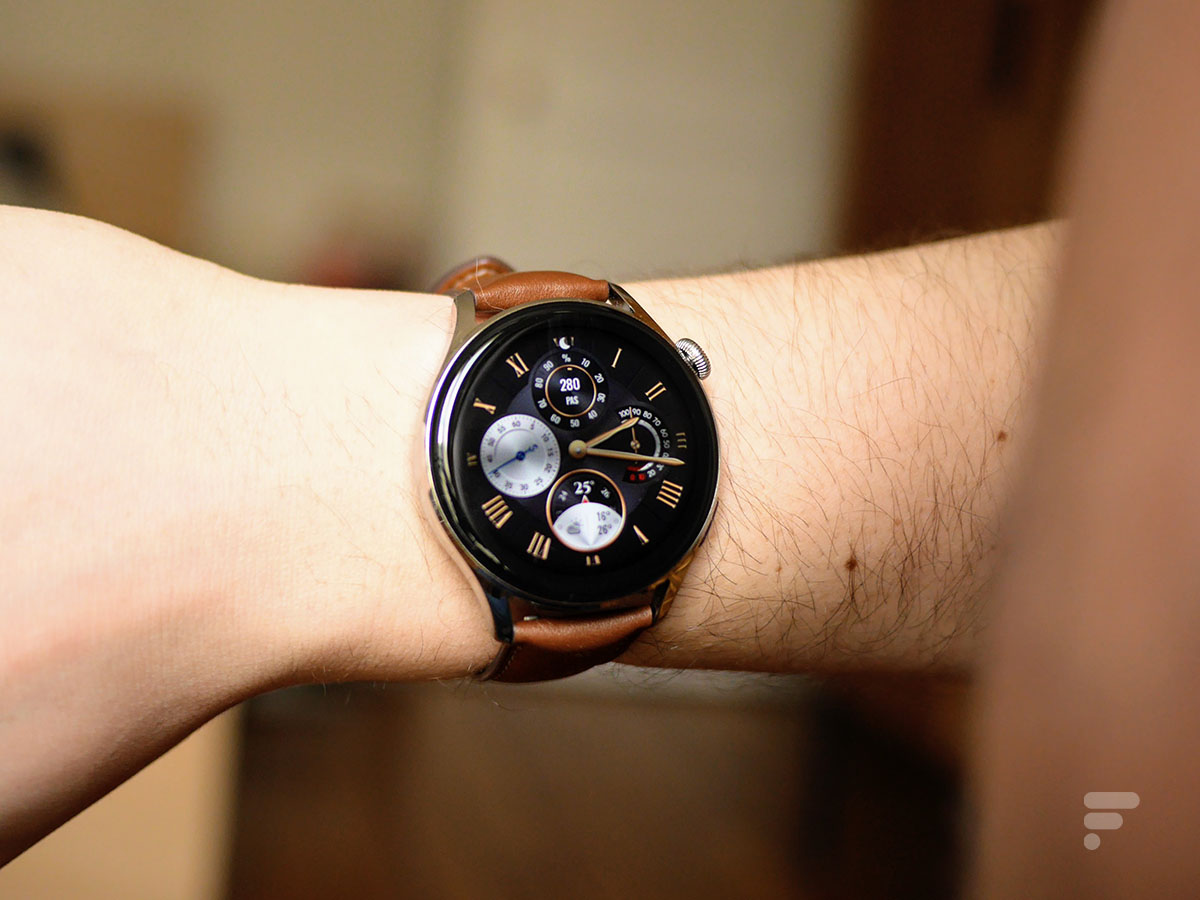 La montre connectée Huawei Watch 3 est imposante au poignet