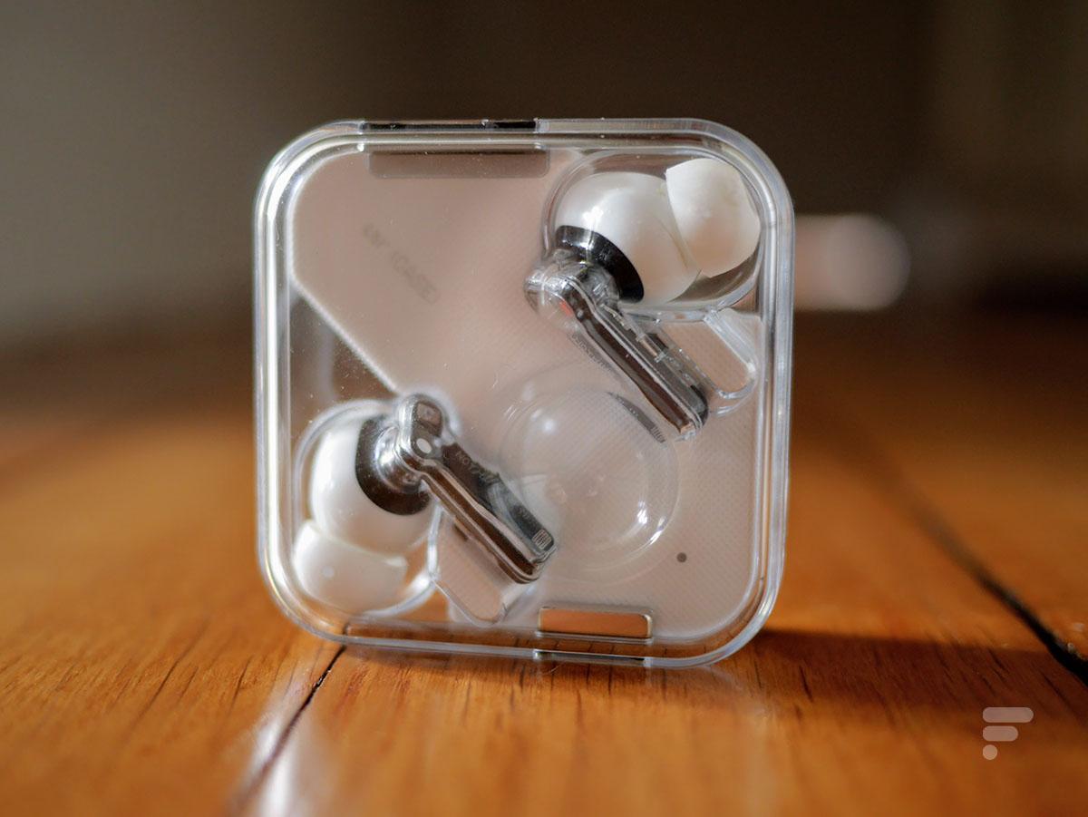 Les écouteurs Nothing Ear 1 se rechargent dans leur boîtier