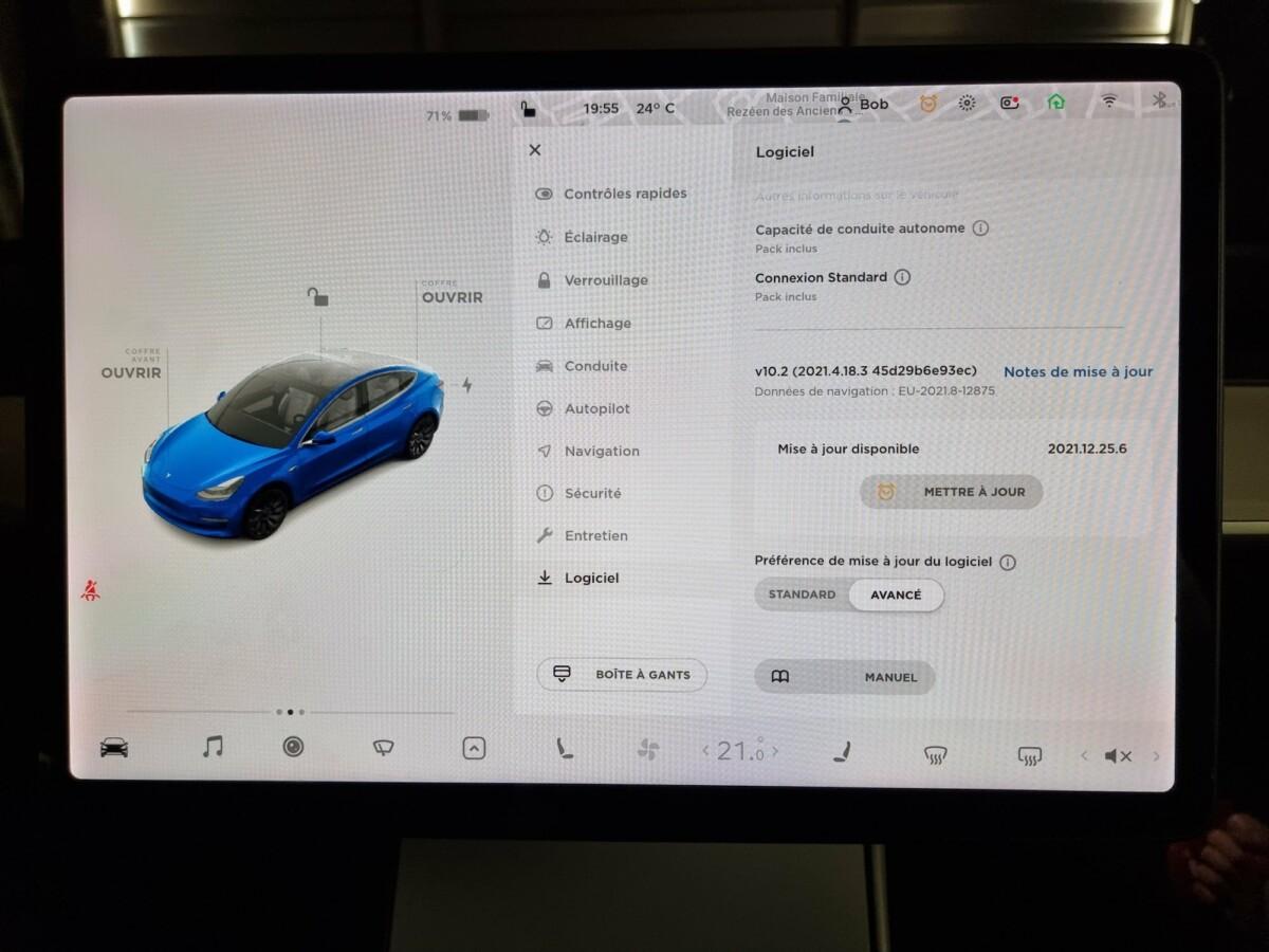 L'onglet «Logiciel» sur l'écran principal de la voiture