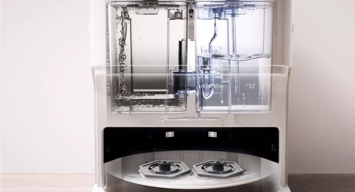 À droite, le bac contenant l'eau propre à verser dans le réservoir du robot, à gauche, le bac de récupération d'eau sale