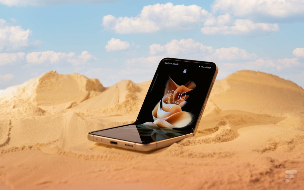 Le Galaxy Z Flip 3 à la plage.
