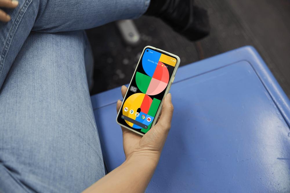 Google Pixel 5a en main