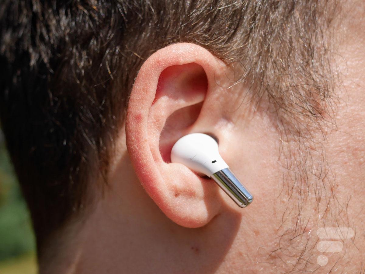 Les OnePlus Buds Pro tiennent bien dans les oreilles