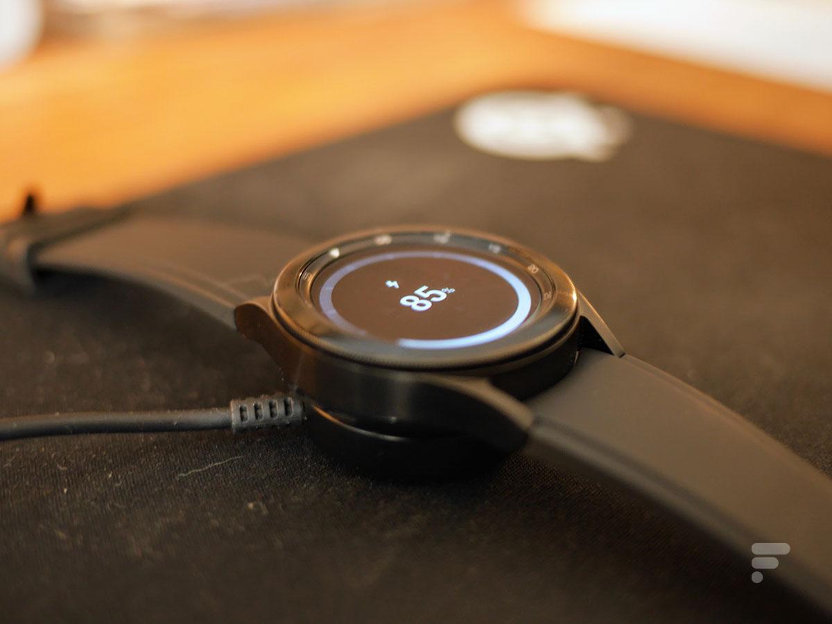 La Samsung Galaxy Watch 4 Classic sur son socle de recharge