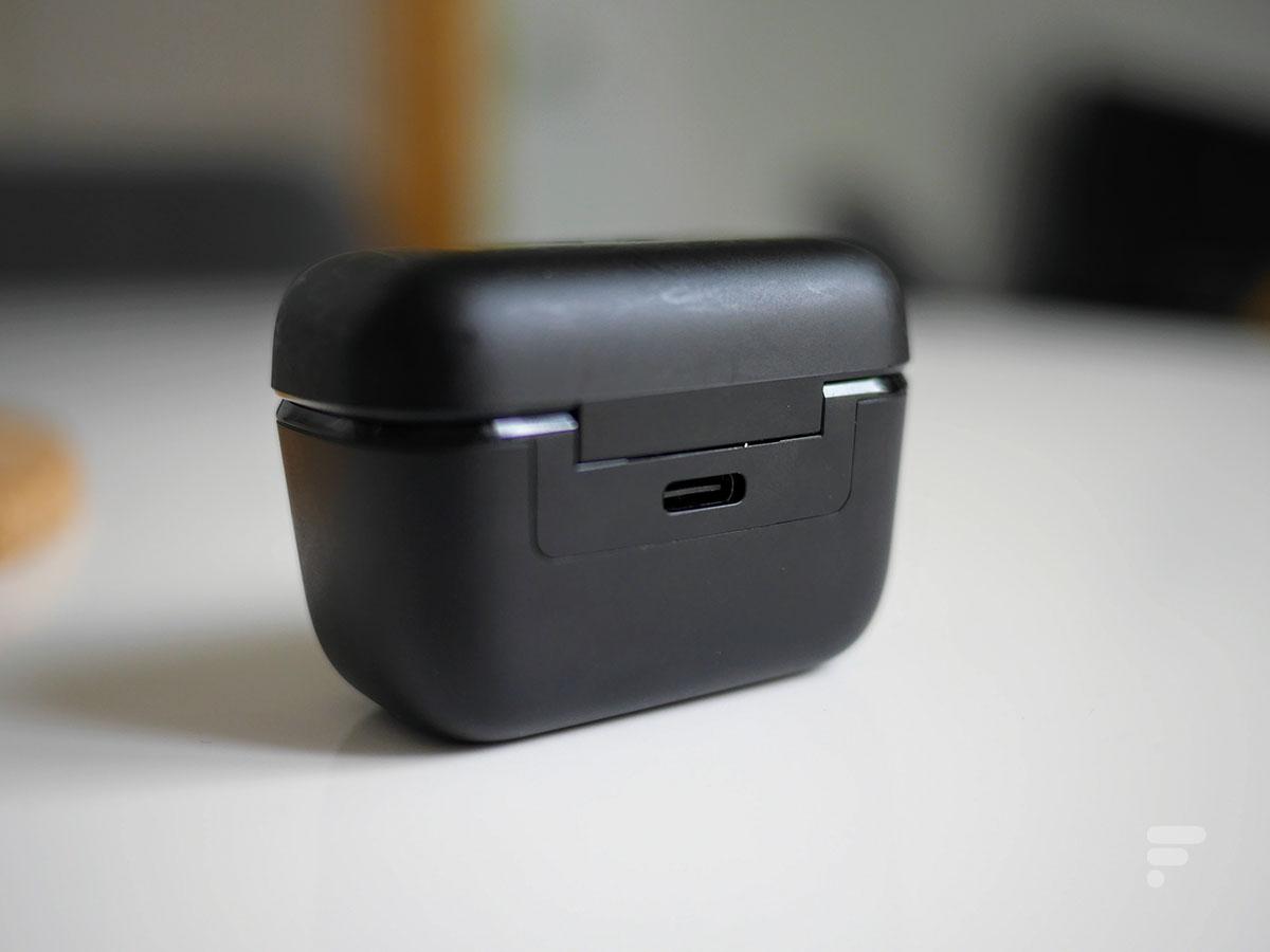 La prise USB-C au dos du boîtier des Sennheiser CX True Wireless