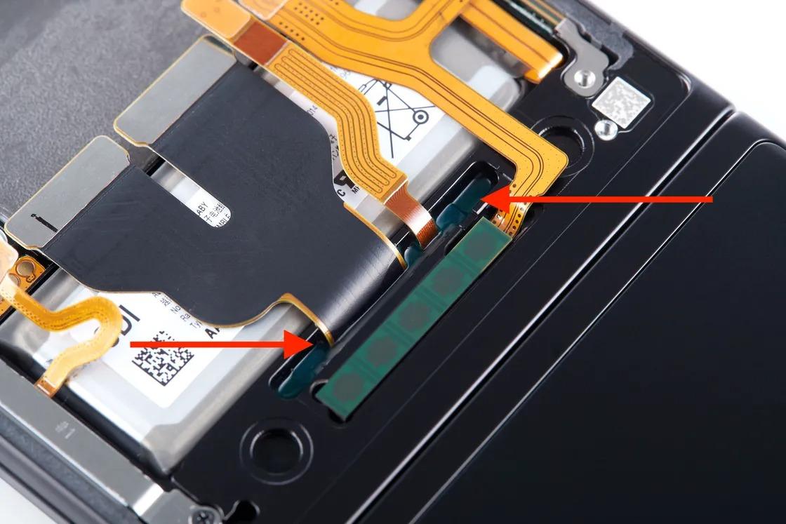 Un joint durci sur place pour l'étanchéité à l'eau sur un Galaxy Z Flip3.