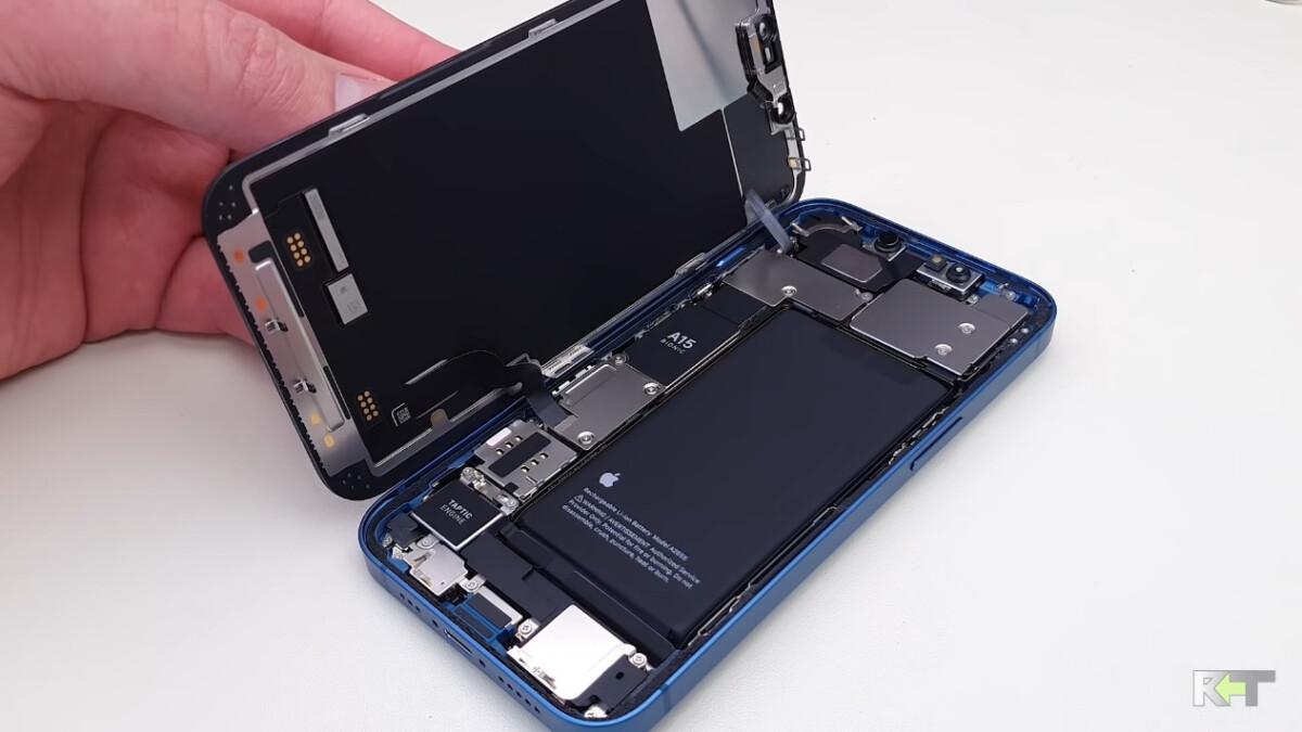 Un iPhone13 ouvert dont on peut apercevoir la batterie.