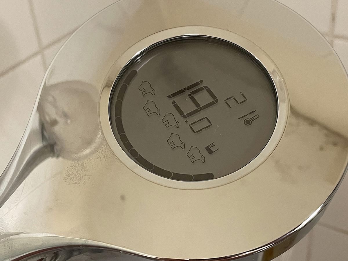 Le pommeau de douche affiche en temps réel la température de l'eau et le volume consommé