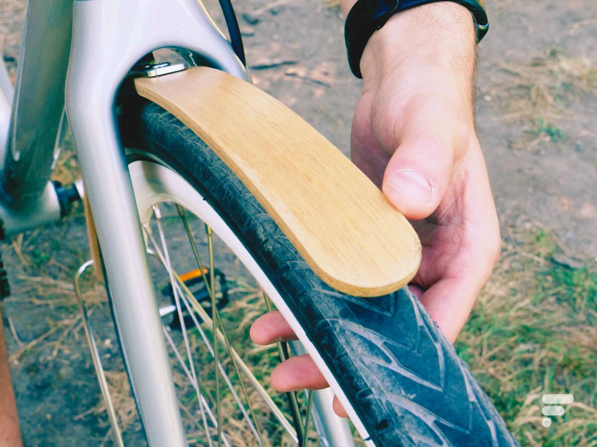 Le garde-boue en bois est en option et insuffisant
