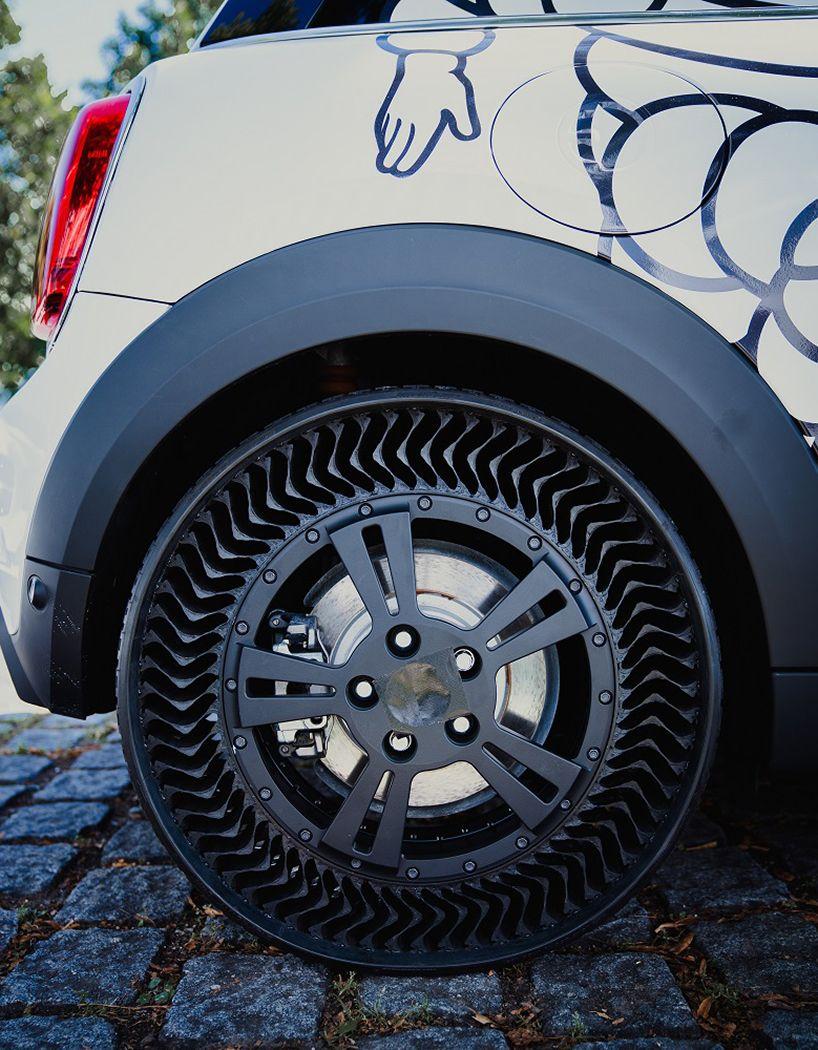 Michelin Uptis sur une Mini électrique