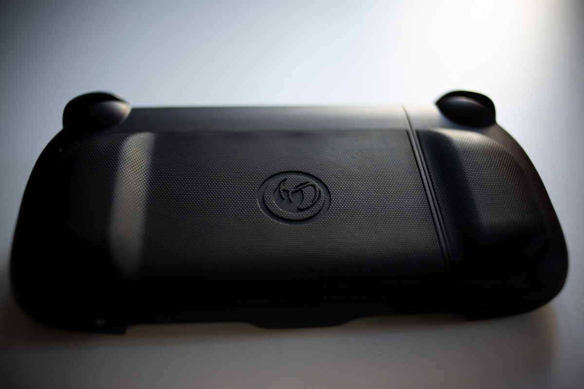 Le dos de la Nacon MG-X , texturé et très confortable à la prise en main