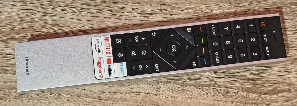 La télécommande est assez grande et dotée d'un microphone mais pas rétroéclairée.