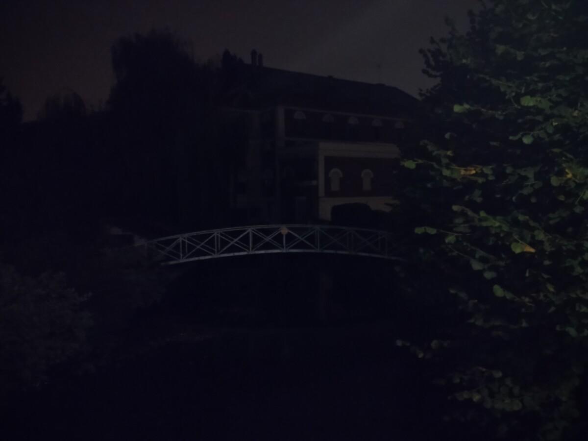 Sans un solide éclairage, de nuit le TCL20 SE est inutile