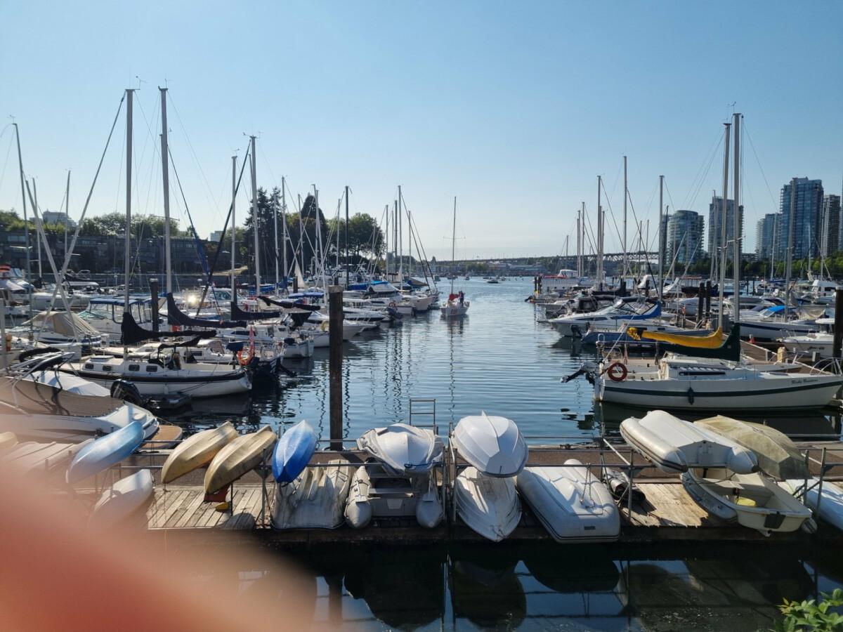 Les petits ports de plaisance en été, c'est toujours sympa à photographier. Ça l'est cependant moins avec un doigt malencontreux devant l'objectif qui gâche la vue.