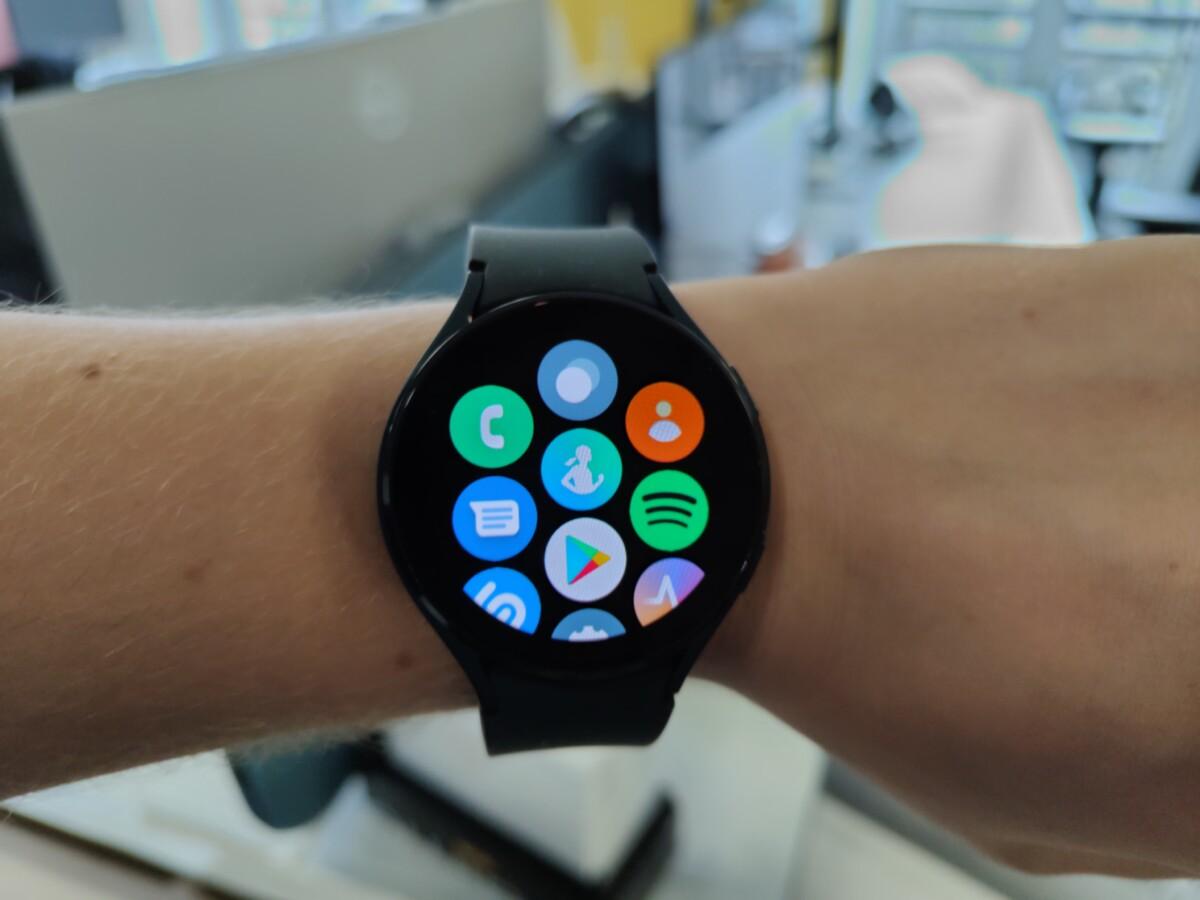 La Samsung Galaxy Watch 4 permet d'ouvrir la liste des applications par un glissement vers le haut