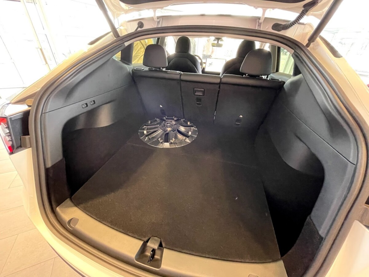 The presence of a tailgate with 854 liters of volume makes it one of the cars with the largest storage volume available.  The length of the trunk is a little over 2 meters.  You will also notice the possibility of tilting the central rear seat to have a ski pass.