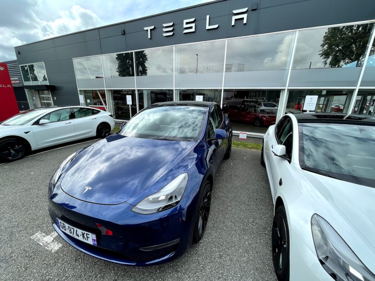 The Model Y near a Model 3 in front of the Tesla store in Nantes.  With an ultra-wide-angle camera, the two cars look very similar.