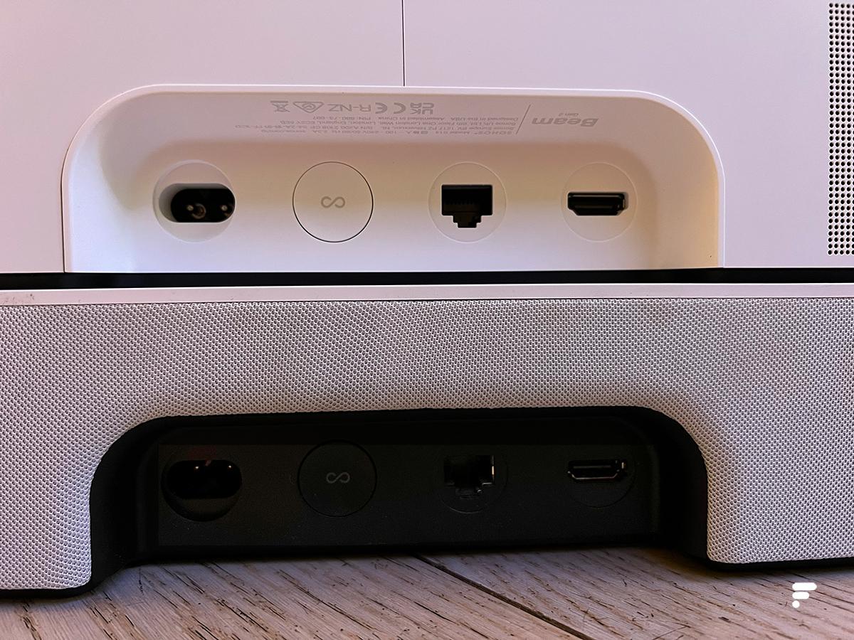 Le dos de la Sonos Beam (en haut) et la Sonos Beam 2e gen (en bas)