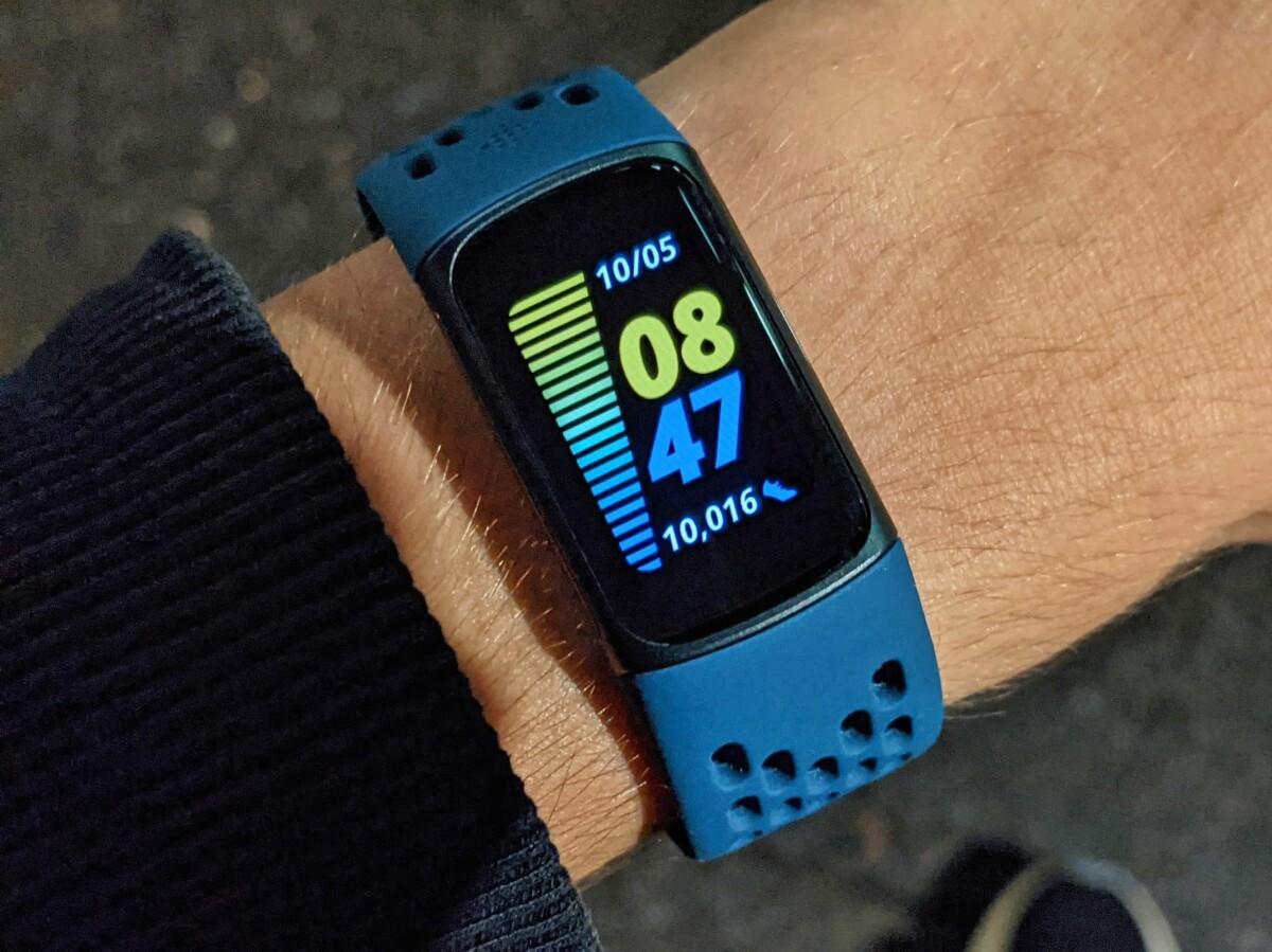 Le Fitbit Charge 5 et son bracelet sport