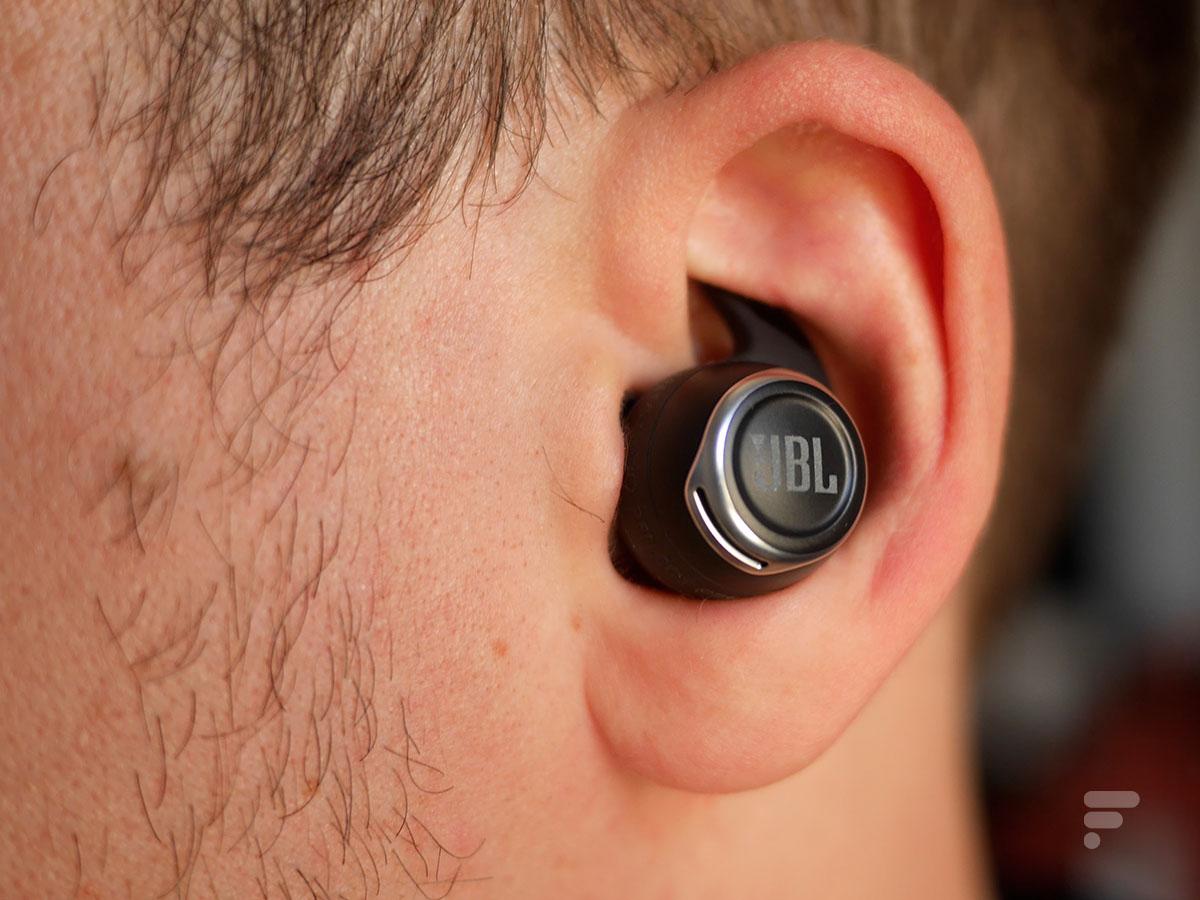 Les JBL Reflect Flow Pro dans l'oreille